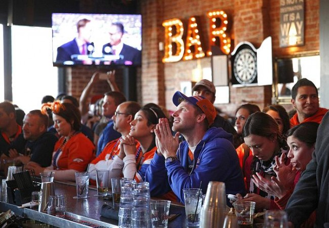 Denver Broncos fans starting to get dejected watching their team down 22-0 against the Seattle Seahawks by halftime at the View House bar in Denver, Colorado February 2, 2014. (Reuters)