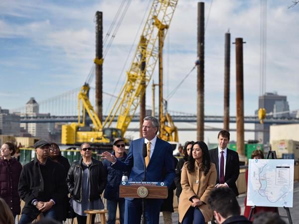 De Blasio anunciando plan para construir nuevo muelle de ferry en la ciudad de Nueva York