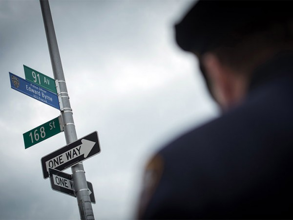 Transcripción: Alcalde de Blasio, el Comisionado de Policía O'Neill Pronuncia Palabras en la Señal de Calle Ceremonia de Dedicación El Oficial de Honor Edward Byrne