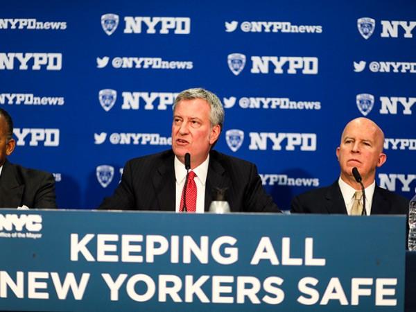 La Administración de De Blasio, NYPD anuncia a todos los oficiales de patrulla que usen cámaras corporales para fines de 2018, un año antes de lo esperado