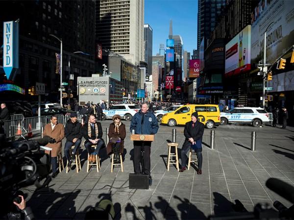 144/5000 El alcalde de Blasio anuncia un extenso plan para instalar bolardos de seguridad para proteger a los neoyorquinos, a los turistas y a la infraestructura de la ciudad 2 de enero de 2018