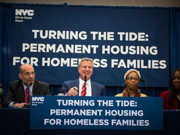 Nueva herramienta para combatir la falta de vivienda: el alcalde de Blasio se muda para convertir edificios agrupados en viviendas asequibles permanentes para familias sin hogar